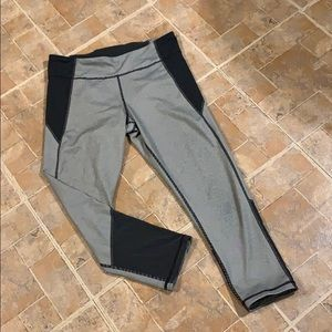 Under Armour cropped compression leggings size MD